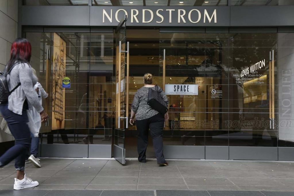 Nordstrom诺德斯特龙数字增长乏力 下调全年销售及盈利预期 股价创九年新低