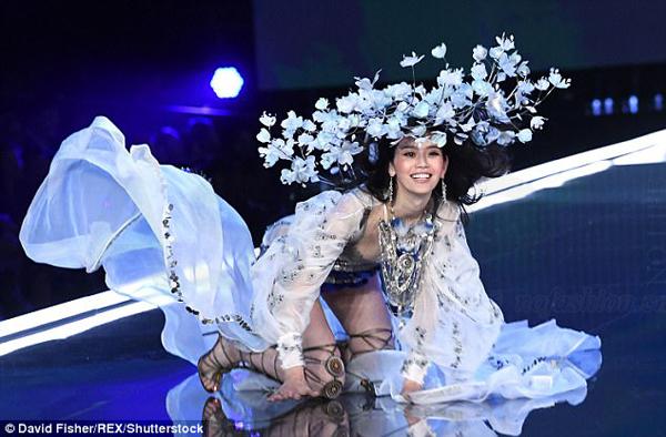 当维密遇到中国 只剩下混乱:史上最混乱的维密秀 内衣被缺席明星喧宾夺主