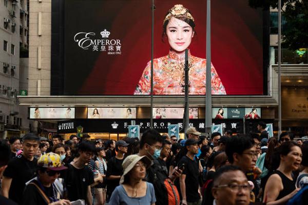 香港零售业8月份狂跌23.0% 奢侈品销售遭遇腰斩