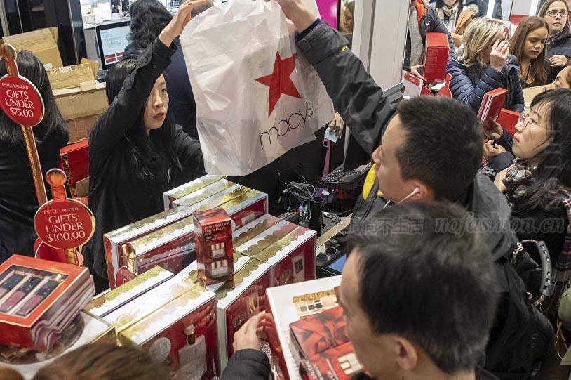"""""""黑色星期五""""美国在线销售增长24%至62.2亿美元 实体客流继续下滑"""