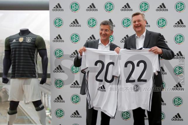 Adidas AG 阿迪达斯集团首席执行官Herbert Hainer 和德国足协DFB 主席Reinhard Grindel 在巴黎的续约发布会上