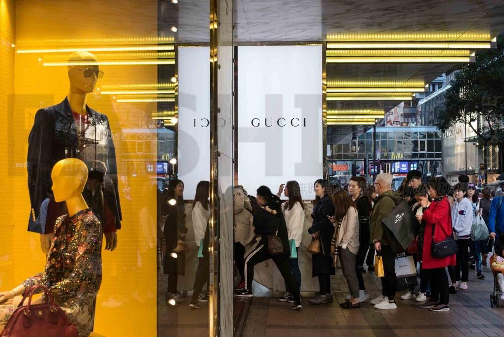 Bain贝恩公司:中国千禧一代、休闲潮流将推动2018年奢侈品行业增长提速到8% Prada是少数失败者