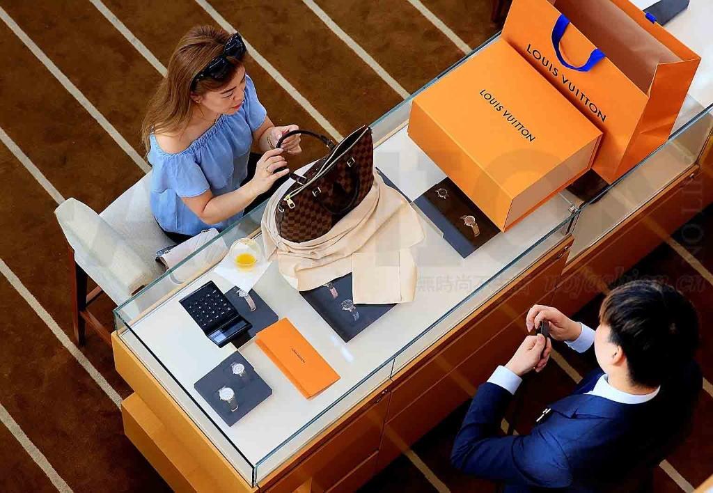 国人奢侈品胃口大开 LVMH路威酩轩四季度销售增加11% Bernard Arnault对2018年前景乐观