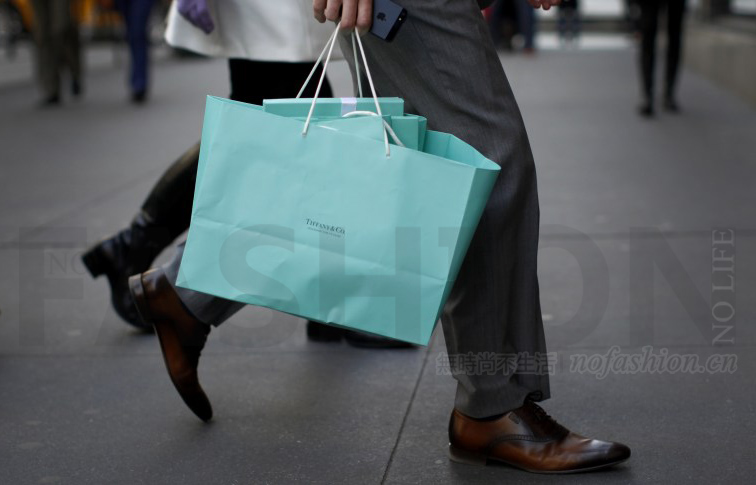 越来越多中国人留守国内购买奢侈品 奢侈品业的维密Tiffany & Co.蒂芙尼假日季销售下滑1%逊预期