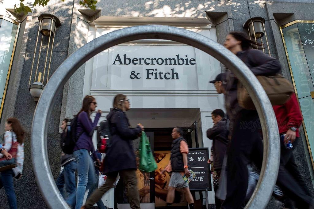 Abercrombie & Fitch上调假日季销售预期 高龄主席Arthur Martinez卸任