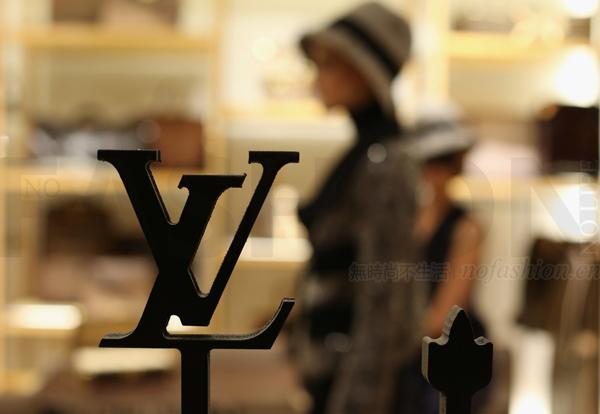 LV X Supreme下月开售!保护品牌形象 供应量极少! Louis Vuitton路易威登努力美国建厂 状告亚马逊售假商家