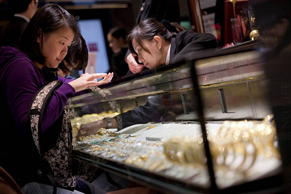 羡慕!香港上半年零售业大涨13.4% 人民币贬值内地客首选香港买名牌