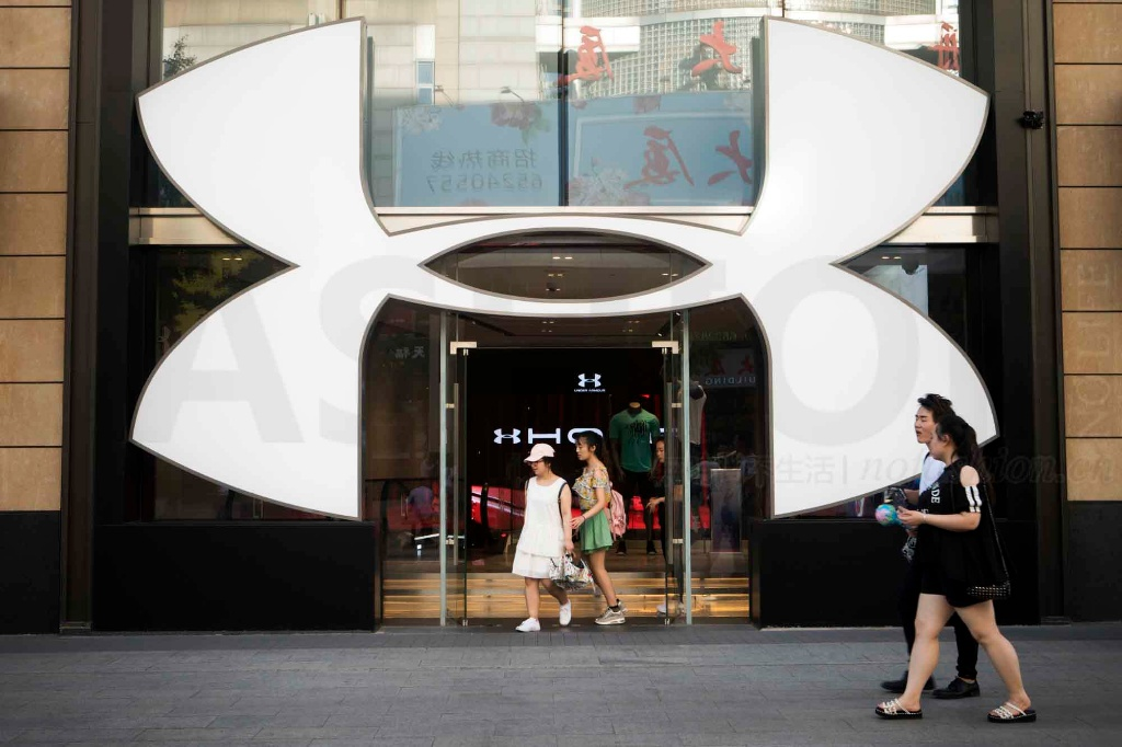 Under Armour安德玛中期目标逊预期 股价两日重挫15% CEO称不容忍脱衣舞俱乐部报销